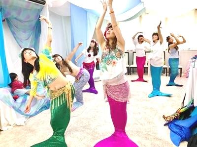 ダンス部では、人魚が美しく表現する レッスンをしています。