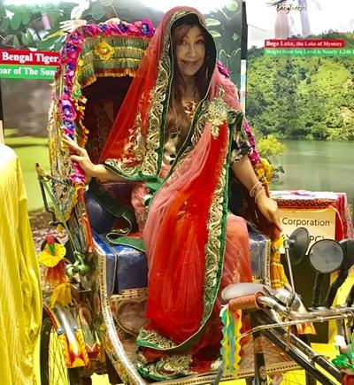 バングラデシュ初日は赤とグリーンの鮮やかなお衣装で ゆったりとした気分になれるので好きなブースでした